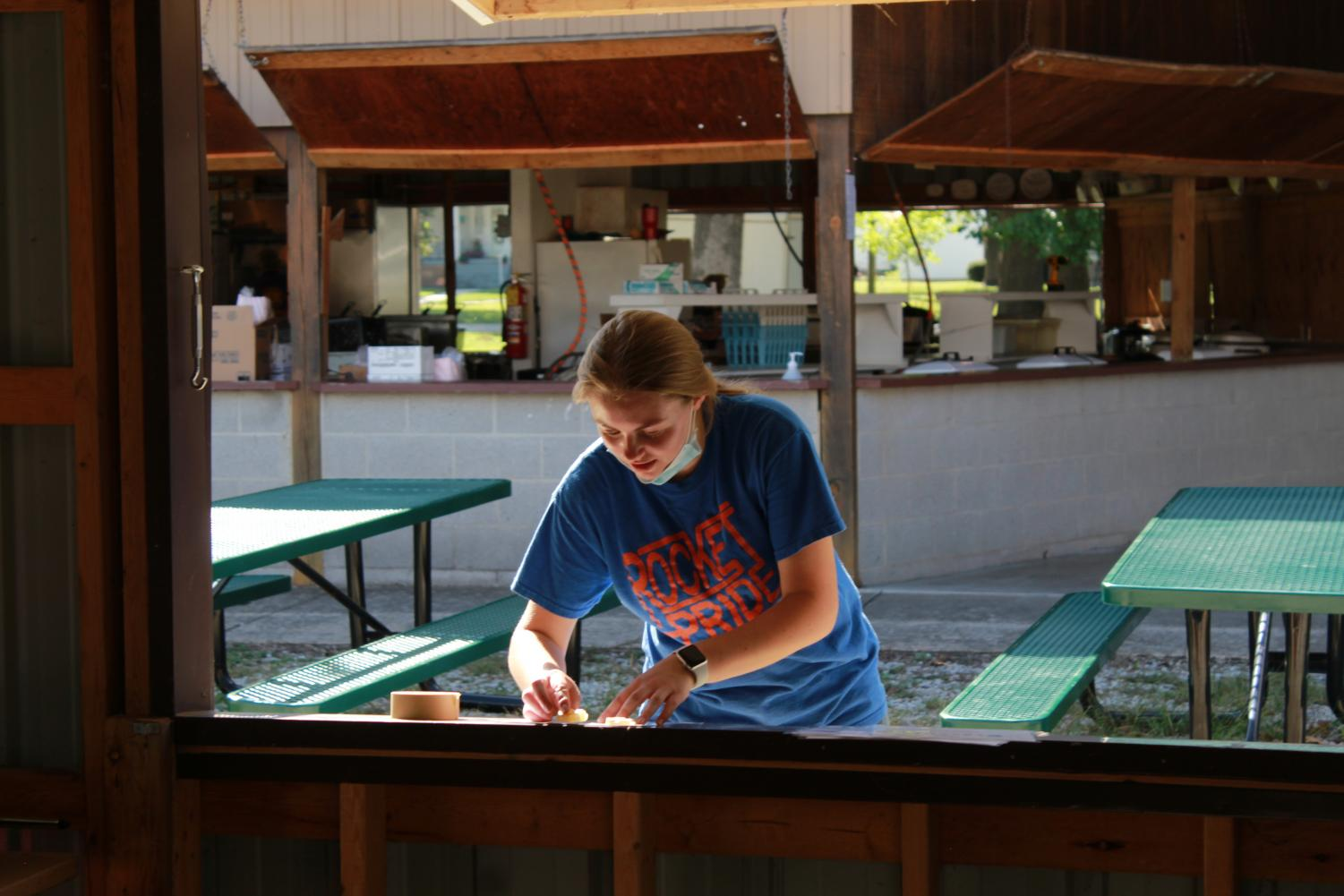 Alyssa Gavin readies the outside of the pie stand for customers.